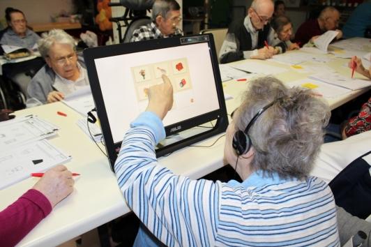 anziana-e-touchscreen